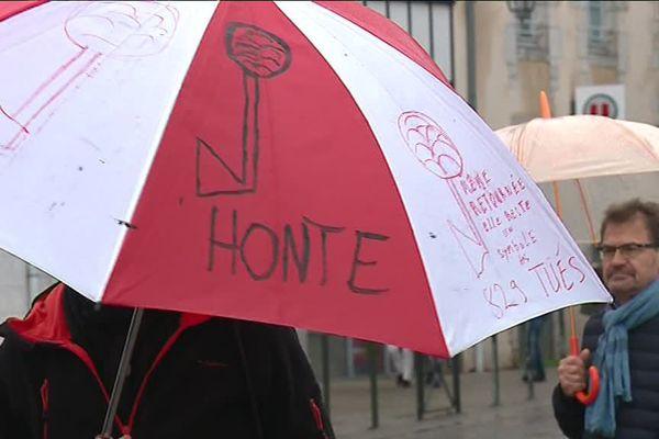 Les opposants à la sculpture l'ont écrit sur leur parapluie.