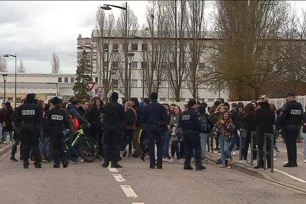 Les lycéens encadrés par les forces de l'ordre à Tomblaine (Moselle), vendredi 7 décembre 2018.