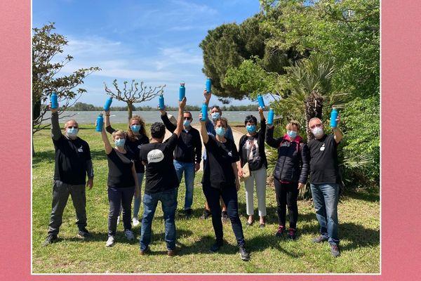 Pour éviter la consommation de bouteilles en plastique, les bénévoles du Festival de la Camargue et du Delta du Rhône disposent de gourdes.