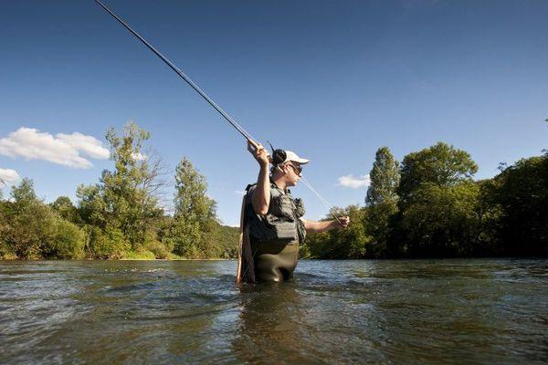 Un pêcheur à la mouche à Chenecey-Buillon (25)