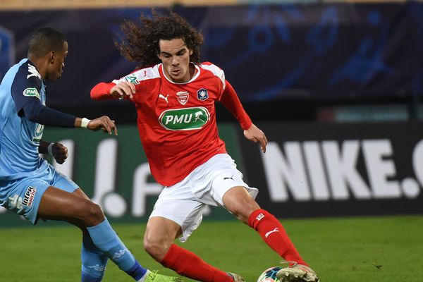 Antoine Valerio, du Nîmes Olympique aux prises avec un joueur du FC Tours,  Ousmane Balde, lors de la Coupe de France, le 4 Janvier 2020, au stade de la  Vallée du Cher, à Tours.