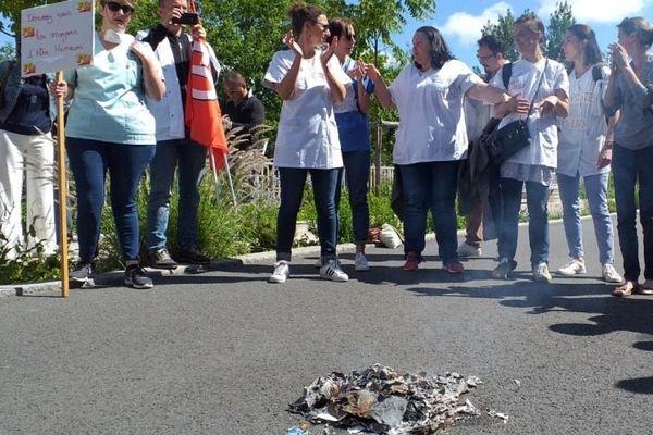 Infirmières et aides soignantes brûlent leurs diplômes devant l'ARS à Nantes