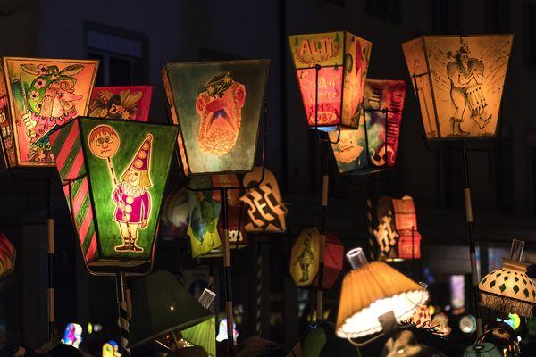 Le carnaval de Bâle débute par son célèbre Morgenstreich, une procession nocturne aux lanternes des cliques