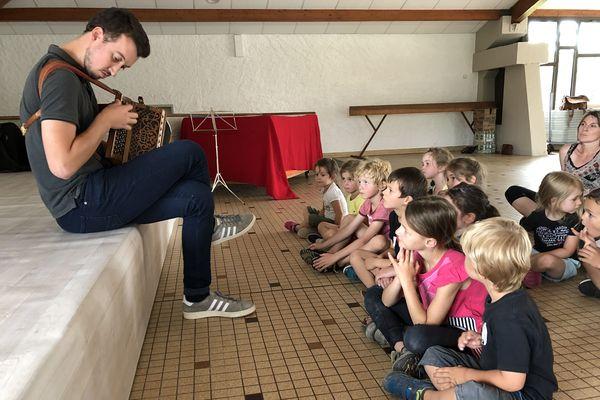 Un stage pour les enfants de 4 à 12 ans est organisé toute la semaine du Festival de la Chaise-Dieu du 26 au 30 août. Un moyen de sensibiliser le jeune public à la musique classique et traditionnelle.
