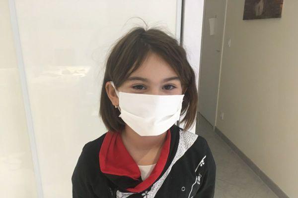 Océane Perret, élève de CE2 à Pérignat-les-Sarliève dans le Puy-de-Dôme, doit désormais porter un masque à l'école.