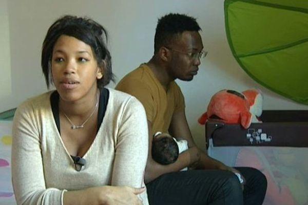 Tracy, son compagnon et leur bébé habitent dans un foyer pour jeunes travailleurs en Vaulx-en-Velins.