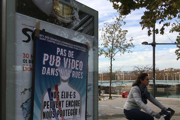 Lyon : des affiches contre les écrans et enseignes vidéo publicitaires