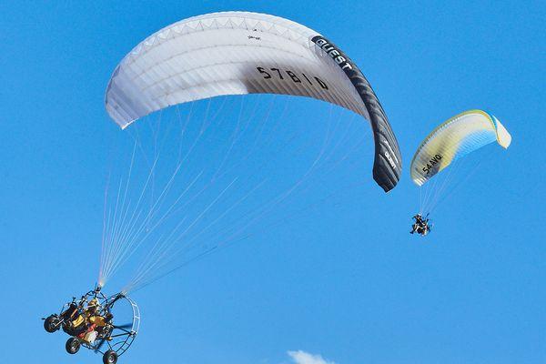 Le paramoteur est composé d'une aile de parapente et d'un moteur et d'une hélice placés dans une cage sur le dos