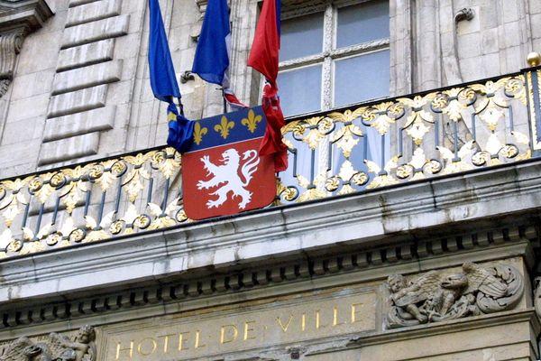 En ce jour de deuil national, les drapeaux sont mis en berne à Lyon et partout en France