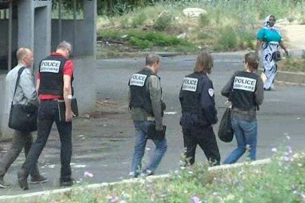 Les enquêteurs dans la cité Corot où a eu lieu le règlement de comptes à Marseille.