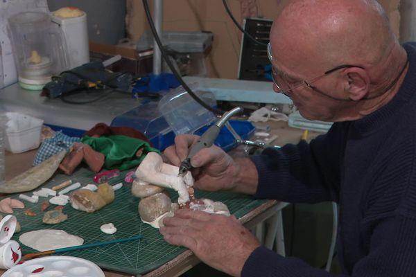 A La Roche-sur-Yon, Jean-Michel est collectionneur et fabriquant de Santons