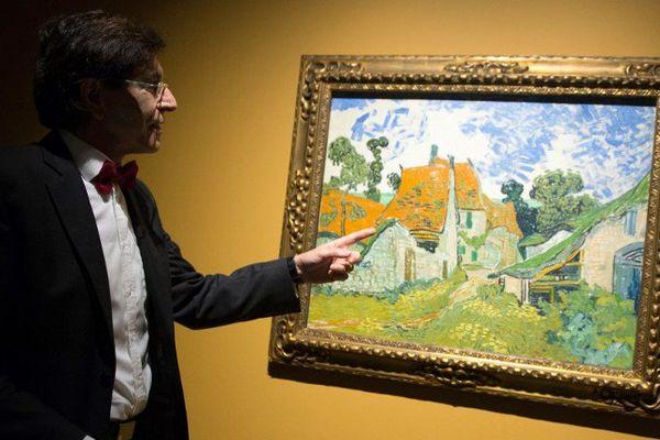 """Elio Diu Rupo, maire de Mons devant une des toiles de l'expo """"Van Gogh au Borinage"""""""