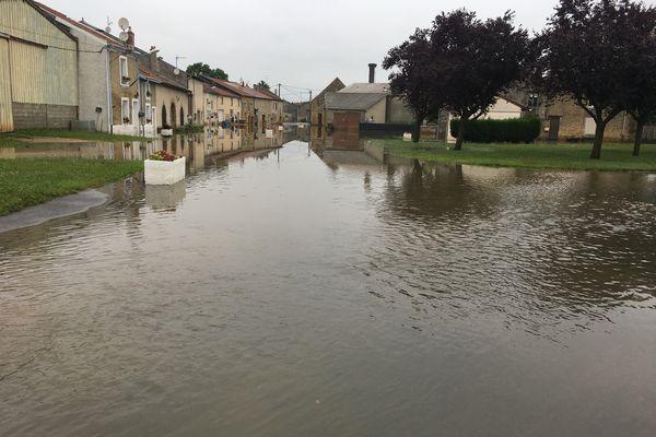 Le village de La Ferté-sur-Chiers dans les Ardennes est sous l'eau suite aux intempéries.
