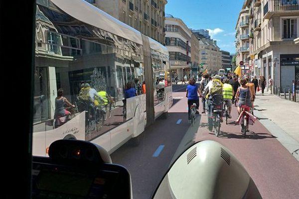 Manif de l'association SABINE le 6 juin 2015 pour réclamer le droit de pouvoir circuler à vélo sur les pistes des bus TEOR.