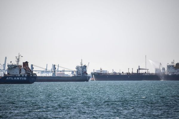 24.04.2020. Remplis d'or noir, d'impressionnants pétroliers patientent dans la rade de Fos-sur-Mer pour décharger leur cargaison.