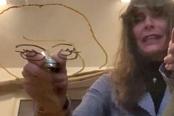 Virginie Borquet en train de dessiner dans son atelier niçois