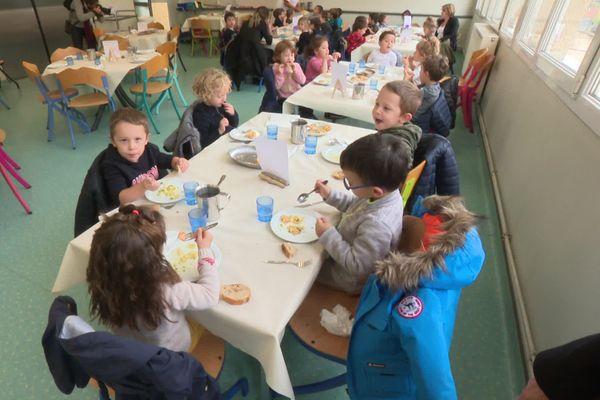 Cantine scolaire de Saint-Just-Saint-Rambert (Loire)