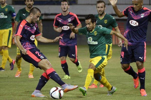 La nouvelle recrue des Girondins, Milan Gajic, à gauche, dispute le ballon au joueur de l'AEK Larnaca Wahbi Khazri durant le match retour de 3e tour préliminaire de Ligue Europa, au stade Antonis Papadopoulos de Chypre.