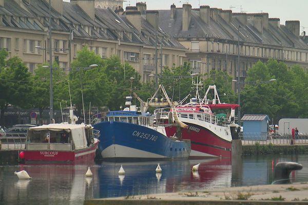 L'image est inhabituelle : des pêcheurs bretons ont amarré des bateaux dans le port de Caen.. Ils comptent participer à la manifestation contre les éoliennes prévue le 19 juin 2021.