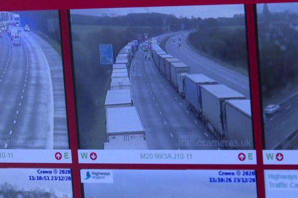 Sur les ordinateurs des Transports Veynat, on scrute les images des caméras de vidéosurveillance des autoroutes anglaises. 4000 camions sont bloqués ici dans le comté de Kent avant l'entrée du shuttle.