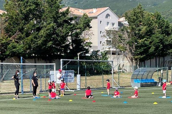 Les enfants étaient réparties en 12 ateliers sportifs et ludiques.
