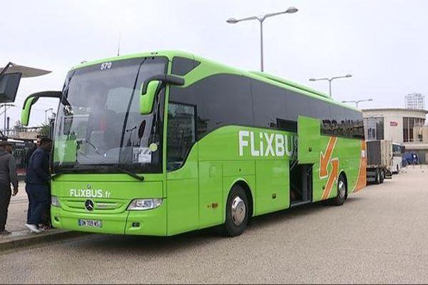 """Le """"Flixbus"""" de la liaison Dijon - Paris, en cours de chargement à la gare de Dijon, le 22/10"""