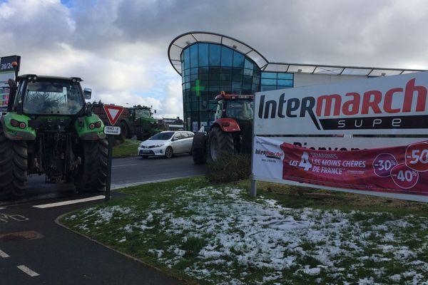 Les agriculteurs bloquent l'Intermarché de Saint-Agathon près de Guingamp