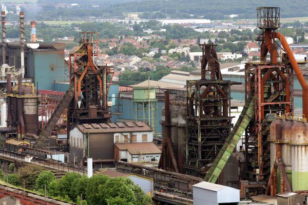 Les installations sidérurgiques, dont les hauts-fourneaux d'ArcelorMittal à Hayange (Moselle), vues depuis la statue de la Vierge, le 25 juin 2016.