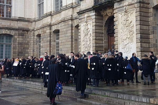 Les avocats rassemblés devant le Parlement de Bretagne à Rennes