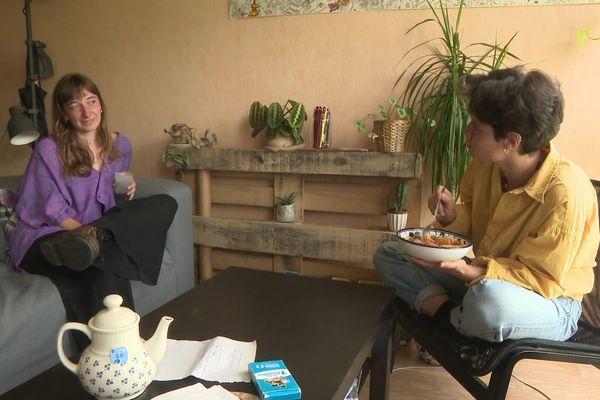 Jeanne et Roxanne, étudiantes à Bordeaux, sont logées dans un appartement pour 300 euros par mois chacune. En échange, elles font de l'aide aux devoirs et des sorties pour les enfants du quartier de la Benauge.