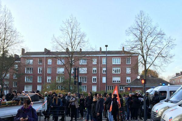 Les manifestants, des anciens salariés de l'usine Whirlpool, bloqués rue des Déportés, non loin de la Citadelle où se trouvait Emmanuel Macron jeudi 21 novembre 2019
