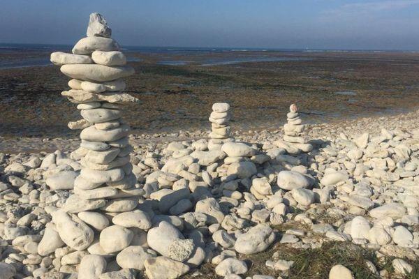 Sur la plage de Saint-Denis-d'Oléron, ces cairns ne seront bientôt plus qu'un souvenir.
