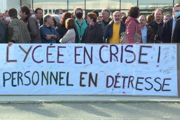 Des enseignants et des personnels du Lycée Saint-Exupéry à Blagnac (Haute-Garonne), près de Toulouse continuent à exercer jeudi 7 octobre leur droit de retrait, quatre jours après le début de leur mouvement.