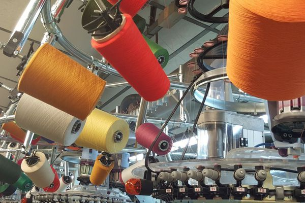 50 % des machines ont été renouvelés afin de produire des chaussettes qui se déclinent en 400 coloris selon les commandes des clients. Un studio de stylisme permet de répondre aux demandes les plus tendances.