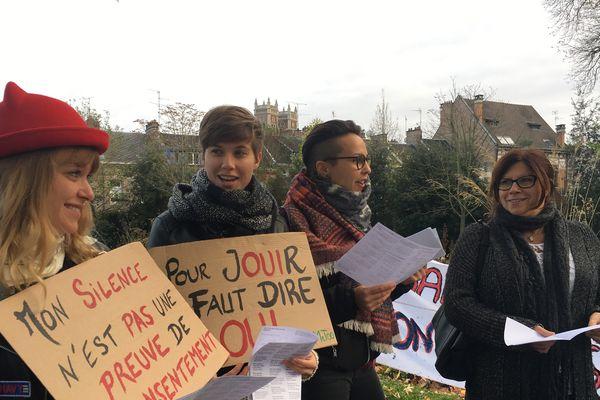 Le collectif féministe amiénois a réuni une trentaine de personnes autour de plusieurs chants.