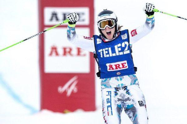 Alizée Baron célèbre sa victoire en 2015 à Are en Suède.