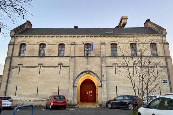 Les deux hommes se sont évadés en passant par la façade principale de la prison. Ils se sont aidés d'un rideau trouvé sur place pour glisser le long du mûr.