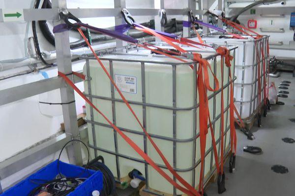 Pour éviter que la cargaison ne bouge et ne s'abîme durant la traversée du voilier cargo Grain de Sail, les palettes sont fermement attachées avec des sangles.