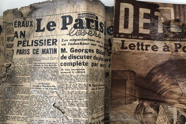 Vieux journal datant de 1954 qui a été placé sous une feuille de zinc pour l'isolation du toit d'un bâtiment parisien.