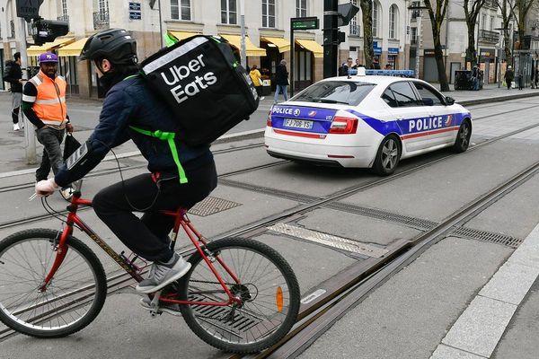 Il est encore possible de croiser des livreurs en vélo comme ici à Nantes