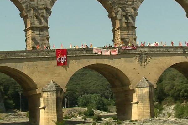 Manifestation sur le Pont du Gard contre le projet de la loi travail. Le 5 juillet 2016.