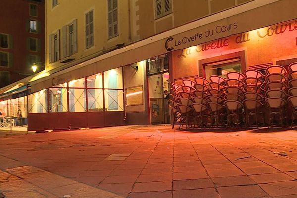 Les restaurants ont fermé leurs portes à 21 heures samedi.