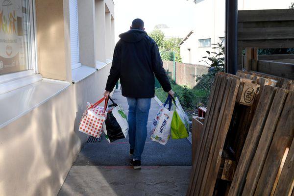 Parmi les initiatives envisagées pendant l'heure civique, la possibilité de faire les courses pour une personne dépendante