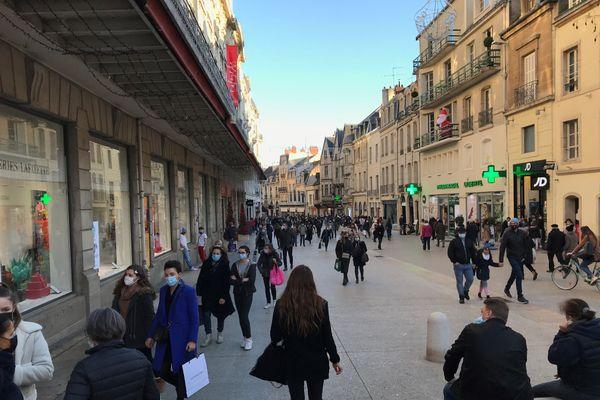 Les rues piétonnes du centre-ville de Dijon affichaient une belle fréquentation, pour cette réouverture le samedi 28 novembre