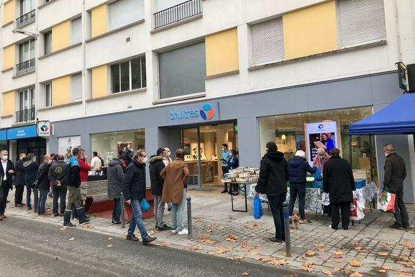 """L'enseigne Bouygues devenue """"bhuîtres"""" le temps d'une matinée, avec des ostréiculteurs du Morbihan vendant leurs productions"""
