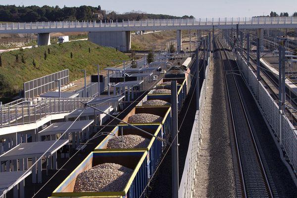 (Illustration). Un train de FRET passe dans la nouvelle gare SNCF de Montpellier Sud de France.