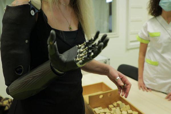 Le bras myoélectrique dont a été équipée Priscille Deborah.
