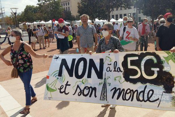 Quelques centaines de manifestants se sont retrouvés place Bellecour à Lyon pour demander un moratoire des installations d'antennes 5G à Lyon et dans la région.