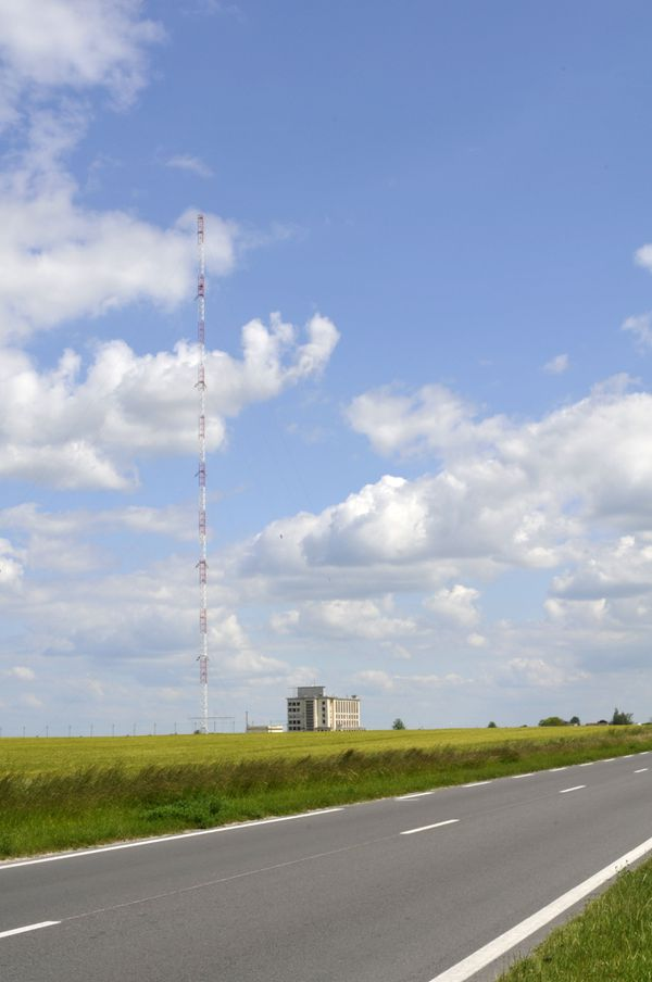 Sur le bord de la route nationale 76, un des pylônes de 350 m de l'émetteur d'Allouis, Cher (18).