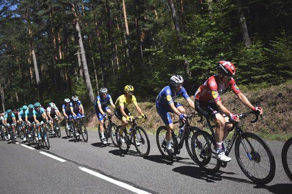 Le Français Julian Alaphilippe, vêtu du maillot jaune du leader et des cyclistes lors de la 5e étape de la 106e édition du Tour de France entre Saint-Dié des Vosges et Colmar, le 10 juillet 2019.